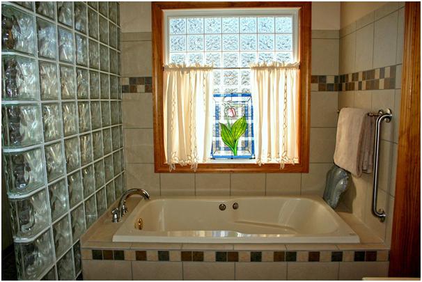 How to Choose a Bathroom Window Dressing